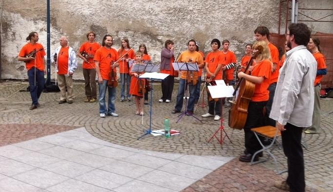 Účastníci letních hudebních kurzů zahráli na Piaristickém náměstí