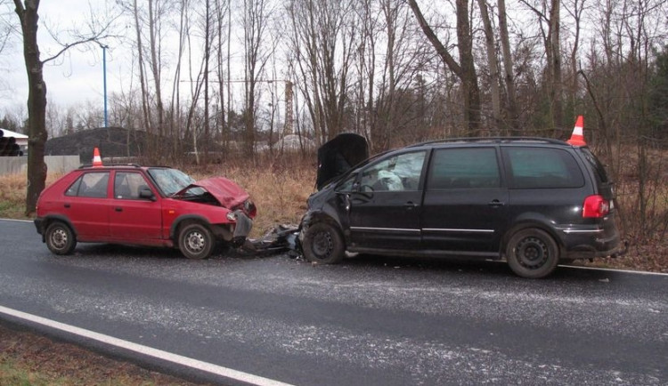 Při čelní srážce dvou aut se v Budějcích zranili oba řidiči