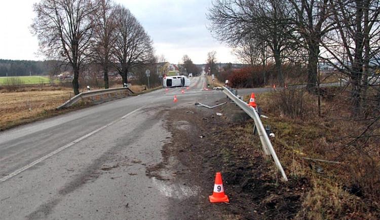 Řidič osobního auta zemřel v Budějcích po nárazu do stromu