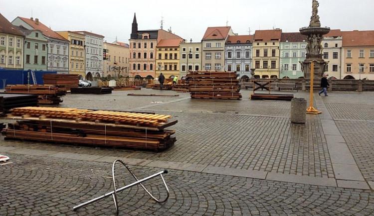 Adventní trhy skončily, náměstí vypadá jako staveniště
