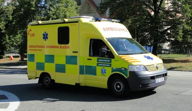 Řidič mopedu utrpěl zranění po srážce s autem