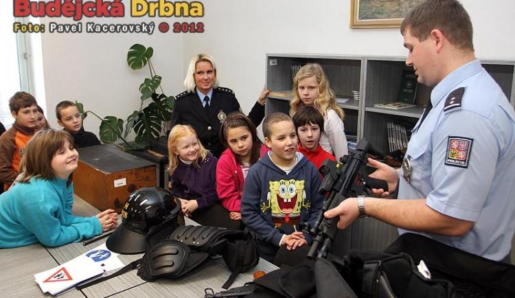 Školáci viděli pouta, samopal i celu předběžného zadržení