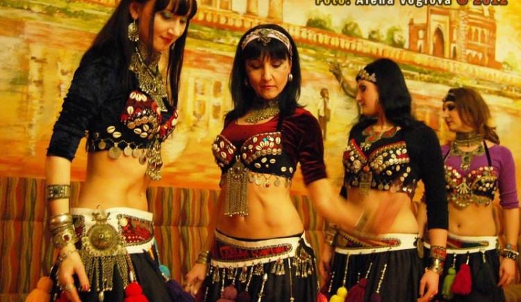 Orientální tanečnice rozproudily indickou restauraci