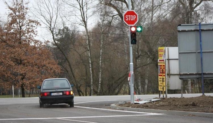 Na velké křižovatce se zítra bude jezdit bez semaforů