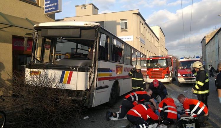 Výsledkem srážky autobusu s trolejbusem je šest zraněných