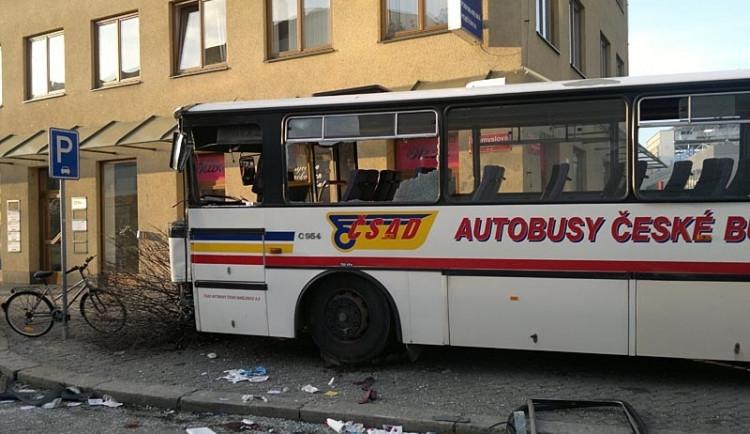 Řidič autobusu je po nehodě stále v kritickém stavu