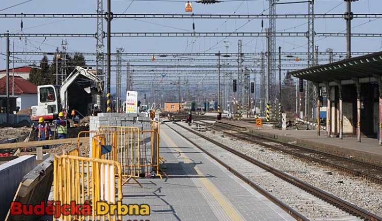Vlaky nahradily tatrovky, cestující nastupují o kus dál