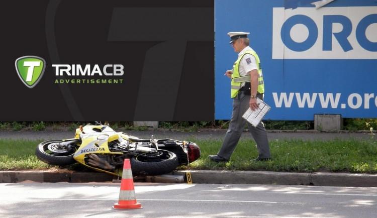 Motocyklista srazil v centru Budějc chodkyni a těžce ji zranil