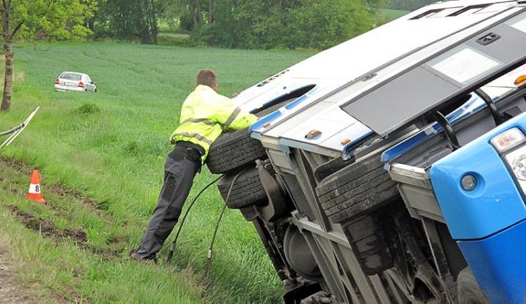 Autobus sjel ze silnice a havaroval, zranil se jeden člověk