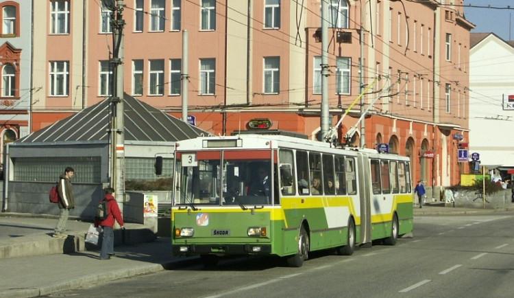 Přestupy cestujících u nádraží kazí dopravní zácpy