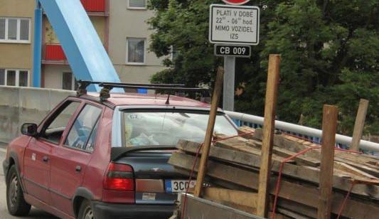 Řidiči aut už jezdí přes Modrý most bez obav