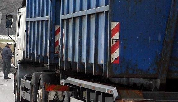 Převrácený kamion blokuje dopravu na Českobudějovicku