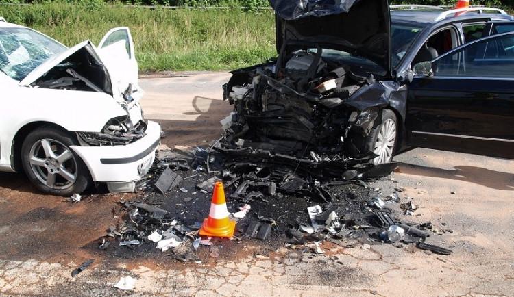 Při čelní srážce dvou aut na jihu Čech se zranilo deset lidí