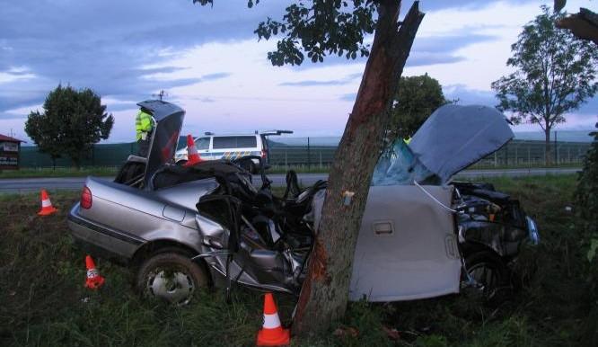 Řidič a nezletilá spolujezdkyně zemřeli při nárazu do stromu