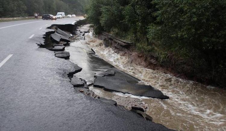 Smršť z nebe uzavřela silnici na Tábor i do Krumlova