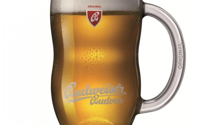 Pivaři pozor! Budvar lije pivo do nového skla