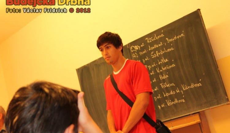 Hráči Jihostroje zase před tabulí, přišli pozdravit školáky