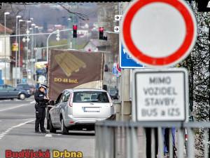 Kontroly pod viaduktem jsou intenzivní, řidiči stále neukáznění