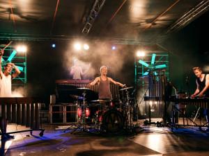 Bubeníci naplní divadelní sál Metropolu energií rytmů