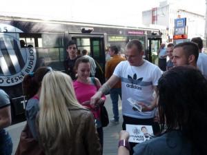 Hráči Dynama při cestě městem rozdávali vstupenky