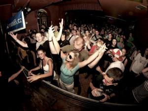Týden plný taneční hudby na letní scéně u KD Slavie