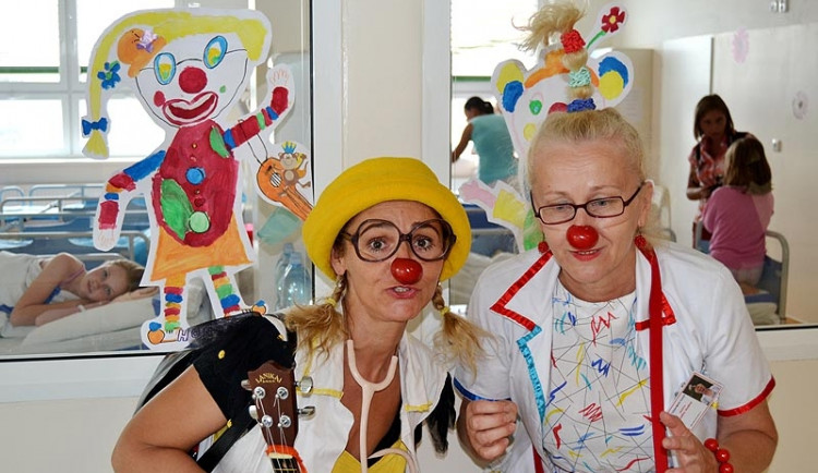 Zdravotní klauni léčí malé pacienty dobrou náladou
