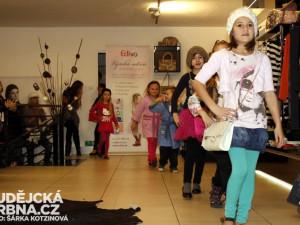 Po butiku Roosevelt Fashion Store se promenádovaly děti
