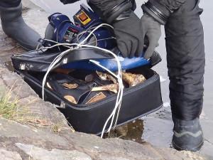 ŠOK! Z Malše potápěči vylovili kufr plný kostí!