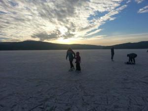 Ledová magistrála na Lipně je mimo provoz, bruslaři riskují