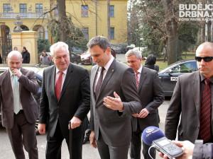Zeman dostal na uvítanou cestovní pas a sklenku Budvaru