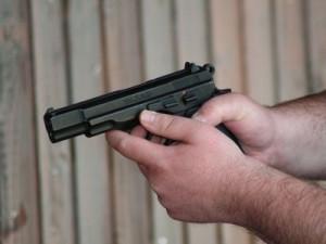 Černý pasažér mířil na revizora plynovou pistolí