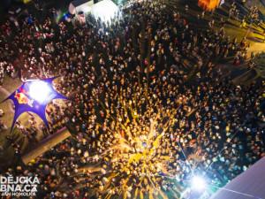 Na show barevných světýlek přišly tisícovky lidí