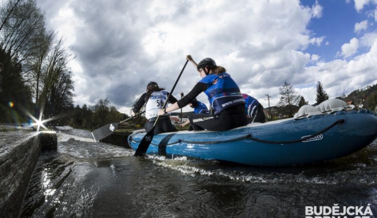 Budějčtí raftaři lovili medaile z řeky Vltavy