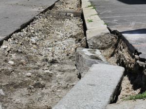 Obnova povrchu Pražské začíná. Na silnici bude tichý asfalt