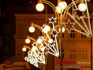 Budějcké ulice už díky výzdobě připomínají Vánoce
