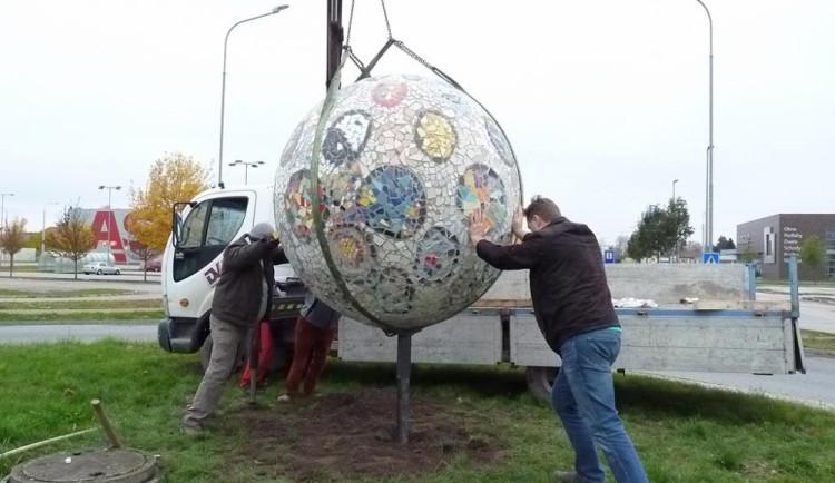Mozaiková koule ozdobila kruháč u Globusu