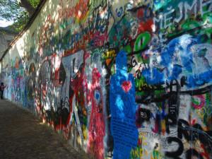 Názory na přebílenou Lennonovu zeď se různí i na jihu Čech