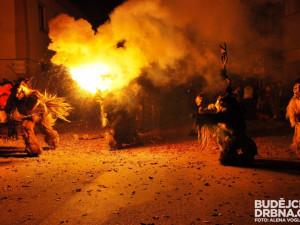 Krampusové rozpoutali v centru Kaplice peklo na zemi