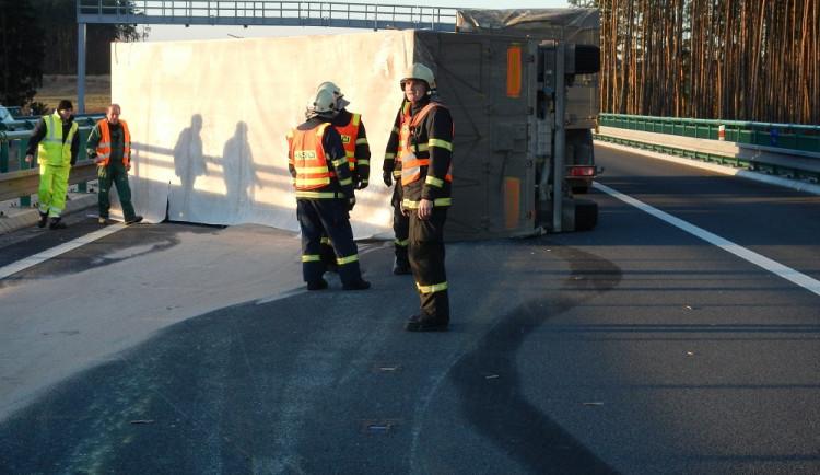 Po nehodě náklaďáku zasypal dálnici obilný šrot