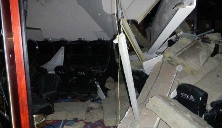 Kasino ve Strážném muselo kvůli zřícenému podhledu opustit 130 lidí