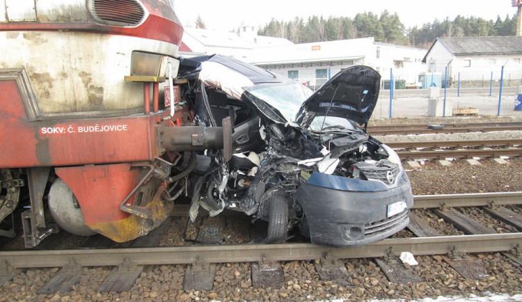 Nákladní vlak smetl na kaplickém nádraží auto, posádku museli hasiči vystřihat