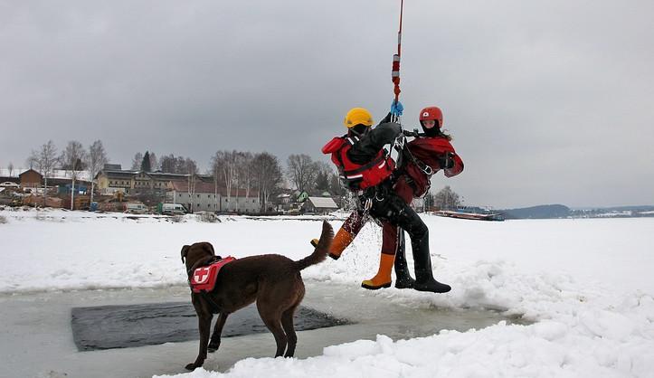 Nácviku záchrany z ledu se na Lipně účastnilo dvě stě lidí, letos už se probořil jeden bruslař