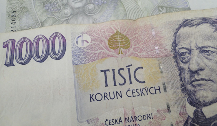 Tajemný milionář údajně schovává po Budějcích peníze
