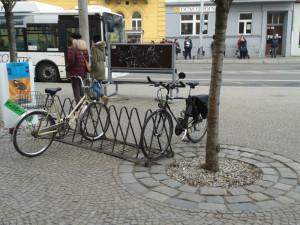 Stojanů je ve městě skutečně nedostatek, shodují se cyklisté