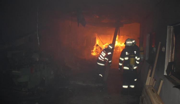 V Mirovicích bojují s požárem kostela. Hasičům komplikuje práci silný vítr
