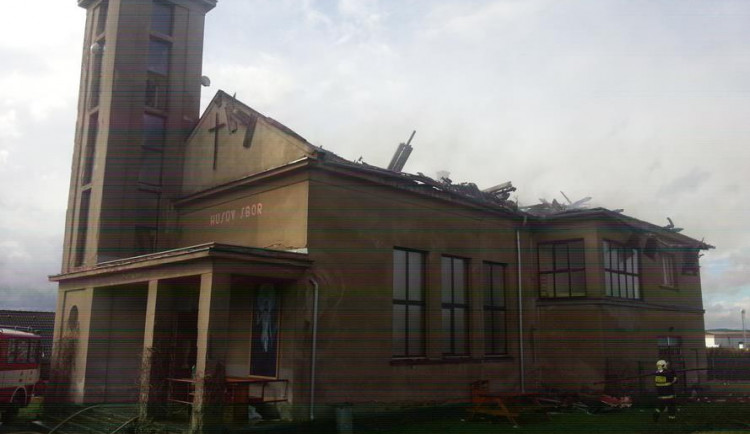 Požár střechy husitského kostela v Mirovicích zaměstnal hasiče na celou noc