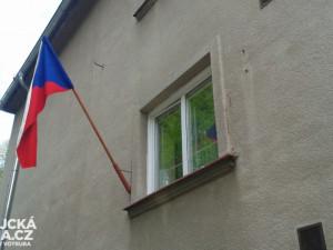 Státní vlajky jsou vidět na budovách, v květináčích, ale i na autech