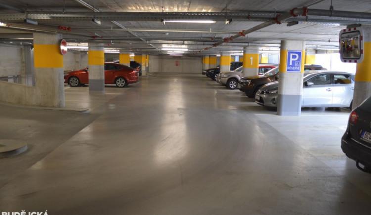 Využití parkovacího domu není ideální. Plánuje se zlevnění