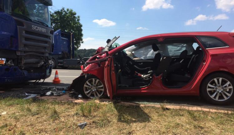 Řidič osobního automobilu narazil čelně do kamionu, střet na místě nepřežil