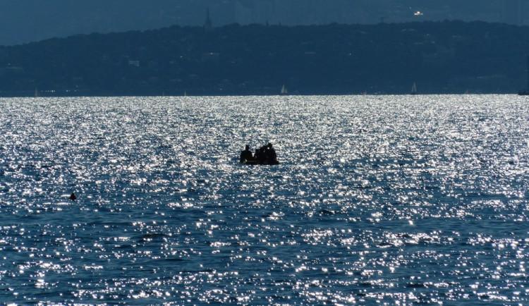 Mořeplavec testuje na Lipně vor, na němž chce překonat Atlantik